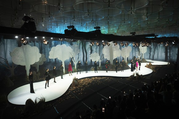 Khánh Vân, Lan Khuê, Lương Thuỳ Linh, Tường San khai mạc Vietnam Runway Fashion Week 2020 ảnh 8