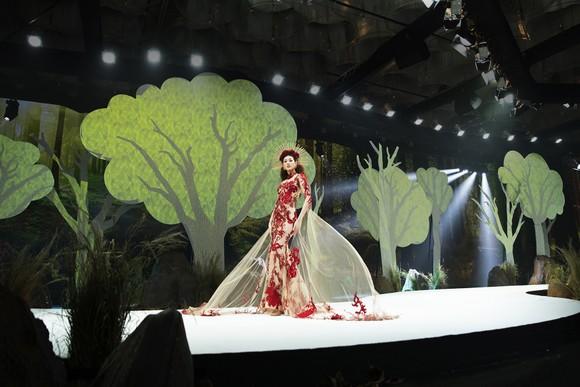 Khánh Vân, Lan Khuê, Lương Thuỳ Linh, Tường San khai mạc Vietnam Runway Fashion Week 2020 ảnh 4