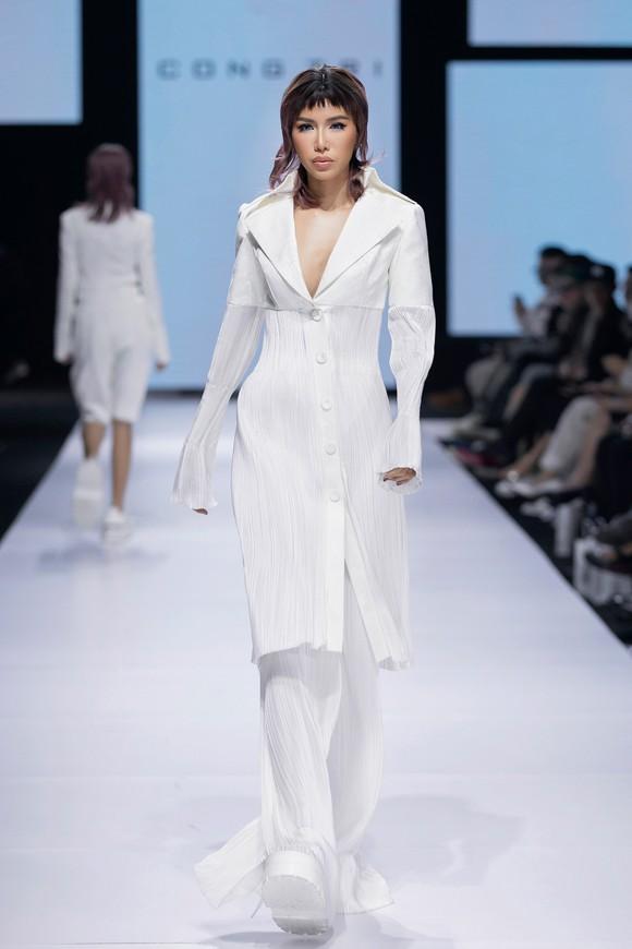 Tân hoa hậu Đỗ Thị Hà lần đầu catwalk khai mạc Aquafina Vietnam International Fashion Week 2020 ảnh 10