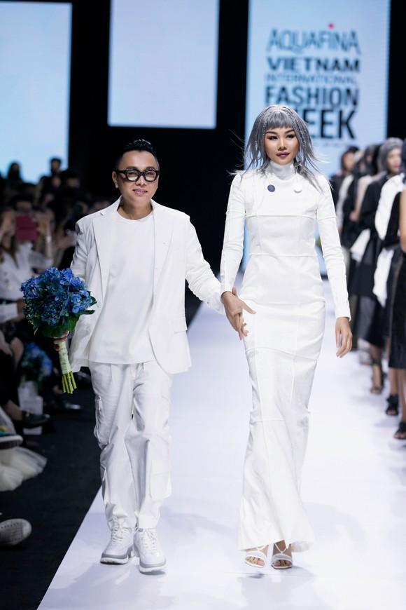 Tân hoa hậu Đỗ Thị Hà lần đầu catwalk khai mạc Aquafina Vietnam International Fashion Week 2020 ảnh 6
