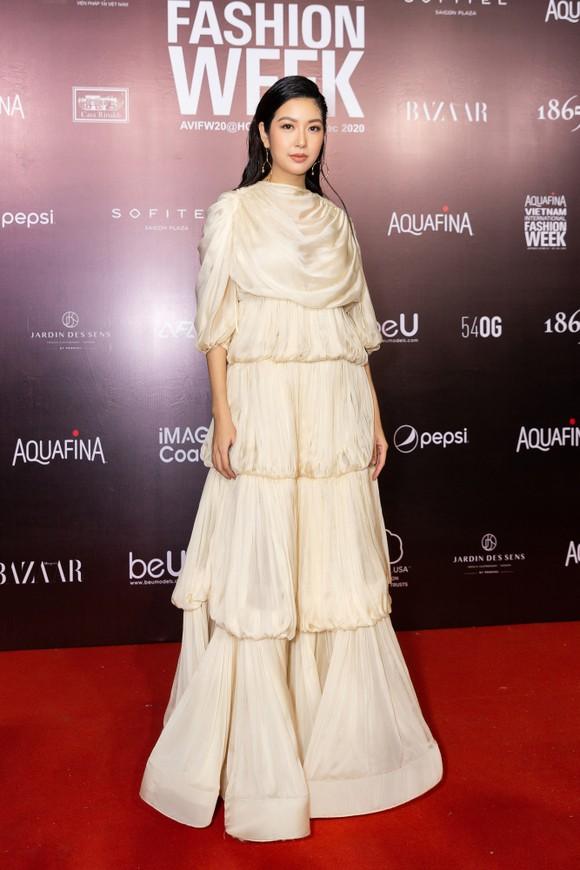 Tân hoa hậu Đỗ Thị Hà lần đầu catwalk khai mạc Aquafina Vietnam International Fashion Week 2020 ảnh 16