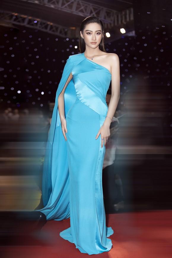 Tân hoa hậu Đỗ Thị Hà lần đầu catwalk khai mạc Aquafina Vietnam International Fashion Week 2020 ảnh 12