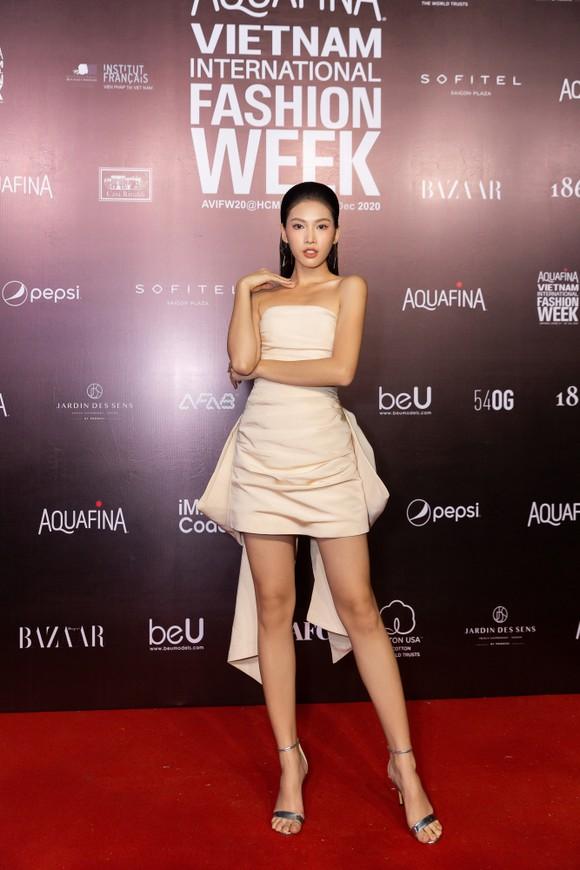 Tân hoa hậu Đỗ Thị Hà lần đầu catwalk khai mạc Aquafina Vietnam International Fashion Week 2020 ảnh 15