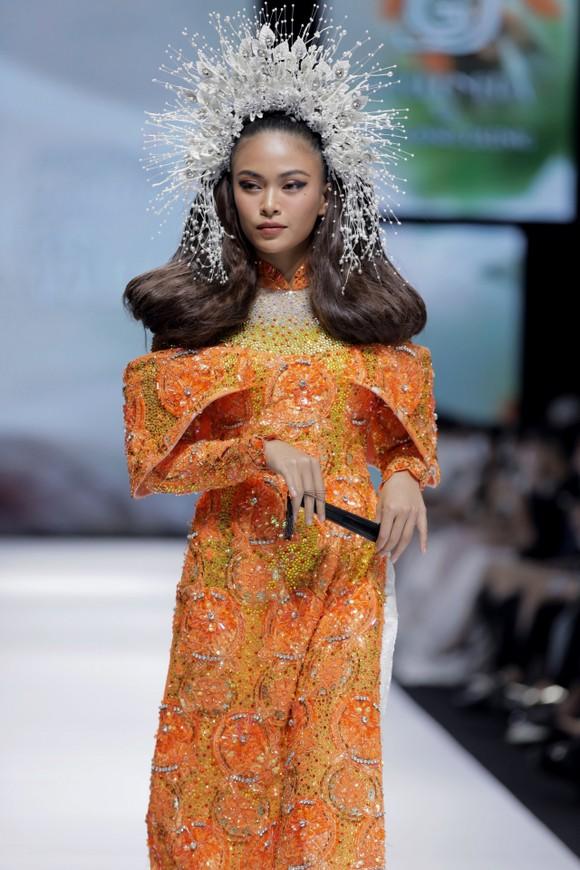 Dàn hoa hậu, á hậu rực rỡ trong Tuần lễ Thời trang Quốc tế Việt Nam 2020 ảnh 18