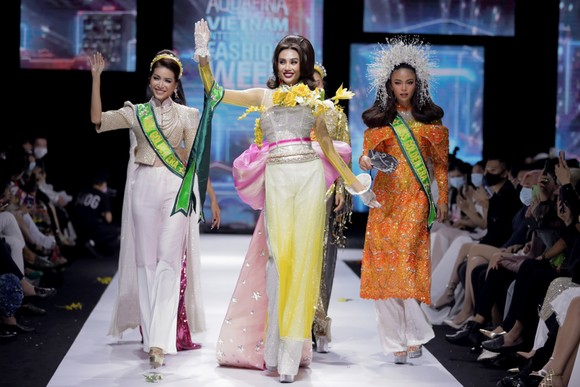 Dàn hoa hậu, á hậu rực rỡ trong Tuần lễ Thời trang Quốc tế Việt Nam 2020 ảnh 13