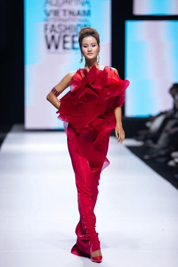Dàn hoa hậu, á hậu rực rỡ trong Tuần lễ Thời trang Quốc tế Việt Nam 2020 ảnh 4