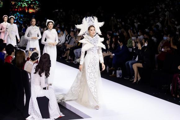 Dàn hoa hậu, á hậu rực rỡ trong Tuần lễ Thời trang Quốc tế Việt Nam 2020 ảnh 11