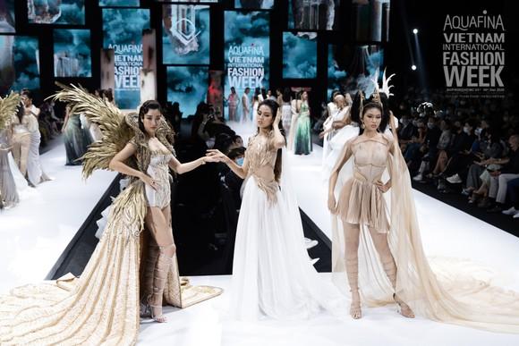 Dàn hoa hậu, á hậu rực rỡ trong Tuần lễ Thời trang Quốc tế Việt Nam 2020 ảnh 10