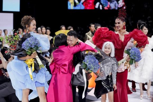 Dàn hoa hậu, á hậu rực rỡ trong Tuần lễ Thời trang Quốc tế Việt Nam 2020 ảnh 5