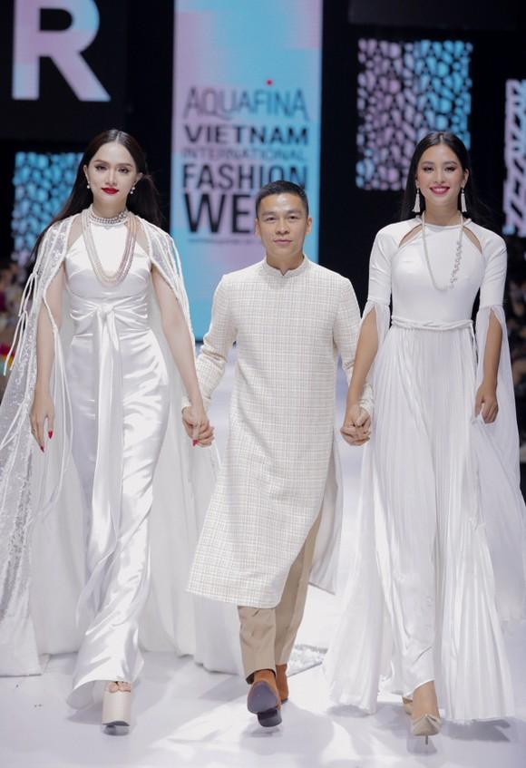 Dàn hoa hậu, á hậu rực rỡ trong Tuần lễ Thời trang Quốc tế Việt Nam 2020 ảnh 21