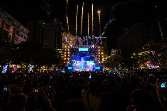 Dàn sao đình đám hội tụ tại lễ hội Countdown Lights 2021 ở phố đi bộ ảnh 2