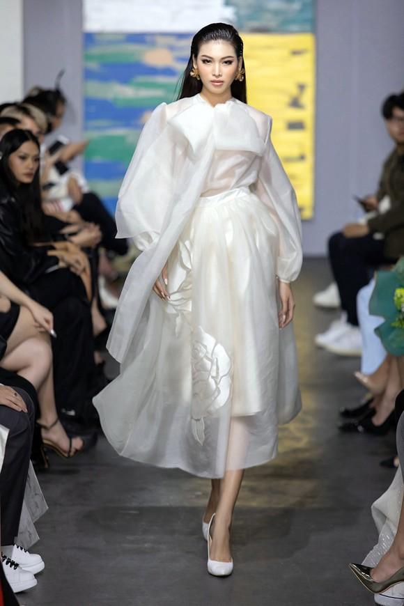 NTK Trần Hùng tổ chức show thời trang tại Việt Nam thuộc khuôn khổ London Fashion Week  ảnh 4