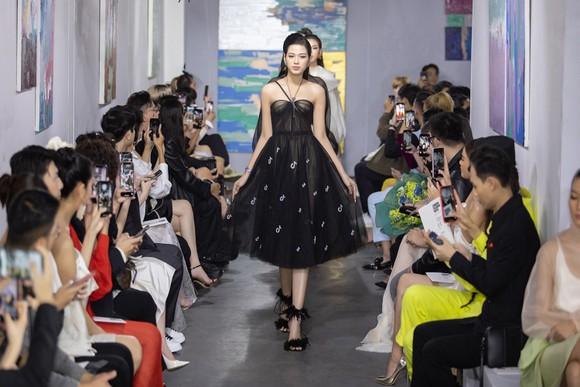 NTK Trần Hùng tổ chức show thời trang tại Việt Nam thuộc khuôn khổ London Fashion Week  ảnh 5