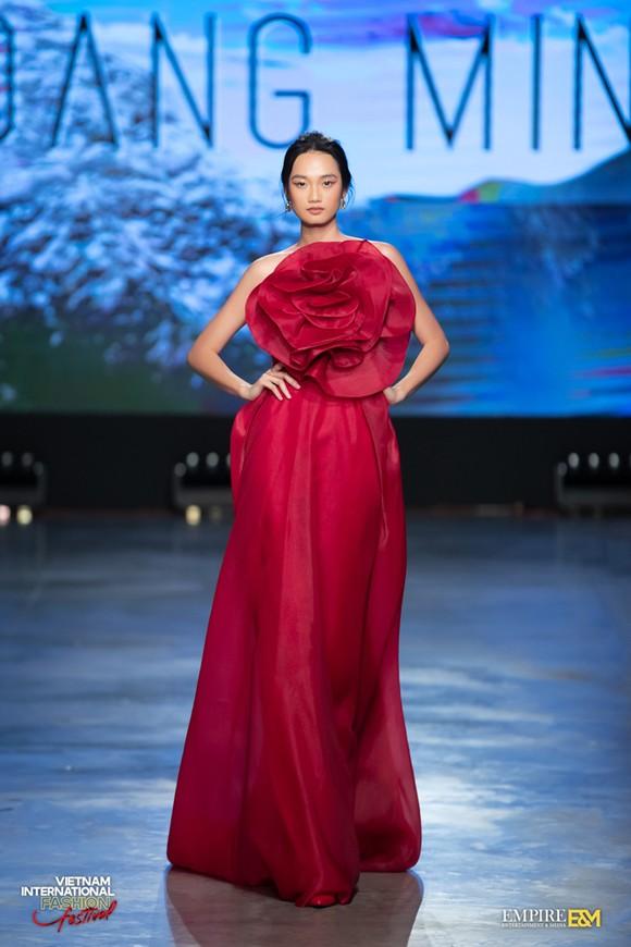 13 nhà thiết kế, 400 người mẫu trình diễn tại Vietnam International Fashion Festival ảnh 11