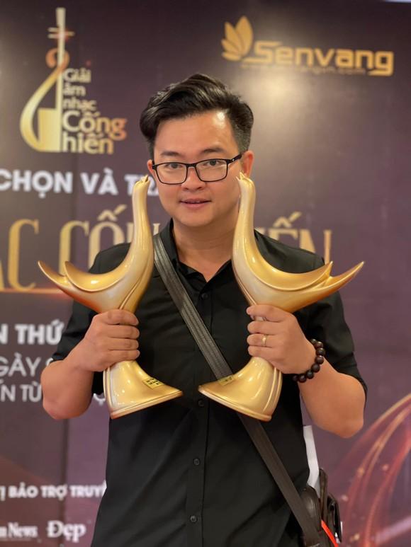 """Nguyễn Minh Cường dàn dựng tiết mục hợp xướng 30 người """"Hoa nở không màu"""" cùng tiếng hát Barry Nam Bảo ảnh 1"""