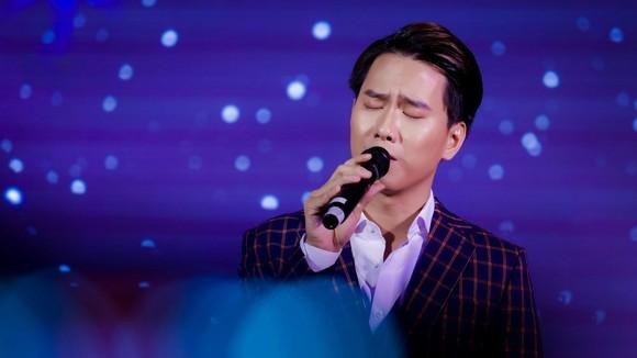 """Nguyễn Minh Cường dàn dựng tiết mục hợp xướng 30 người """"Hoa nở không màu"""" cùng tiếng hát Barry Nam Bảo ảnh 2"""