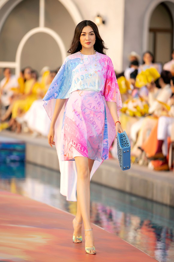 Dàn hoa hậu, á hậu bay bổng trong bộ sưu tập 'Daydreamer' tại Fashion Voyage ảnh 8