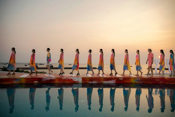 Dàn hoa hậu, á hậu bay bổng trong bộ sưu tập 'Daydreamer' tại Fashion Voyage ảnh 3