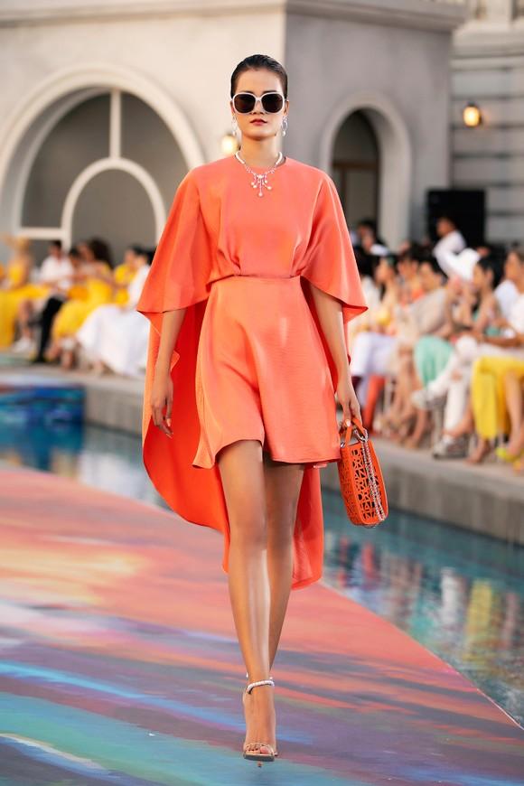 Dàn hoa hậu, á hậu bay bổng trong bộ sưu tập 'Daydreamer' tại Fashion Voyage ảnh 10