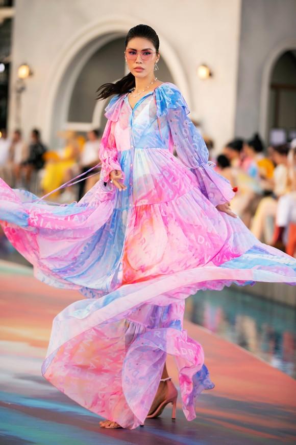 Dàn hoa hậu, á hậu bay bổng trong bộ sưu tập 'Daydreamer' tại Fashion Voyage ảnh 7