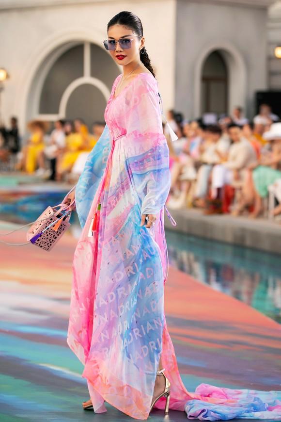 Dàn hoa hậu, á hậu bay bổng trong bộ sưu tập 'Daydreamer' tại Fashion Voyage ảnh 4