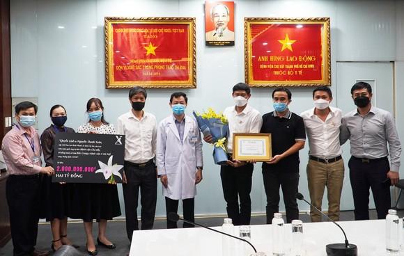 Nghệ sĩ Quyền Linh và những người yêu lan ủng hộ 2 tỷ đồng chống dịch ảnh 1
