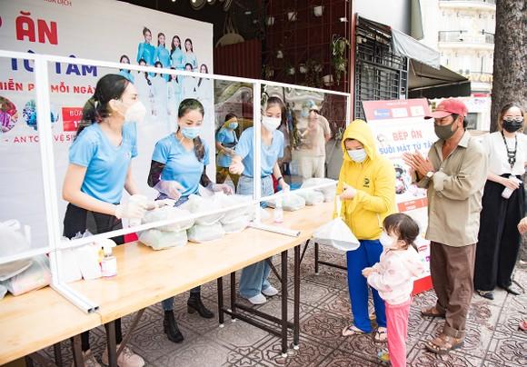 Hoa hậu Tiểu Vy, Kiều Loan, Phương Anh, Ngọc Thảo nấu 15.000 suất ăn cho bà con nghèo  ảnh 1