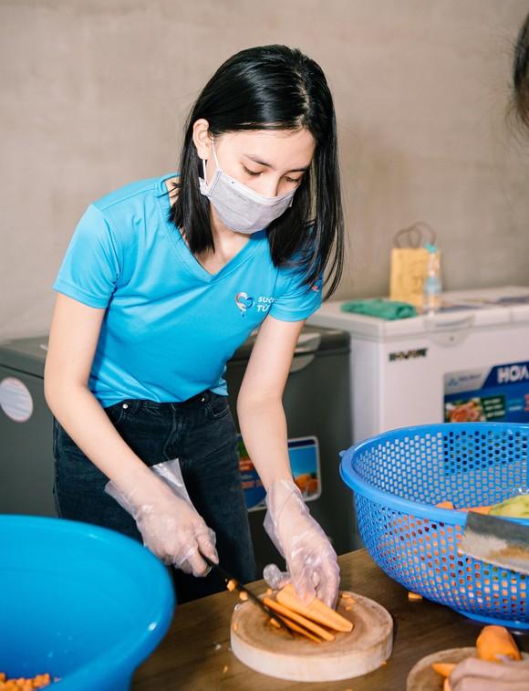Hoa hậu Tiểu Vy, Kiều Loan, Phương Anh, Ngọc Thảo nấu 15.000 suất ăn cho bà con nghèo  ảnh 7
