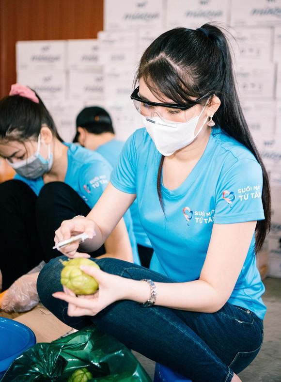 Hoa hậu Tiểu Vy, Kiều Loan, Phương Anh, Ngọc Thảo nấu 15.000 suất ăn cho bà con nghèo  ảnh 8