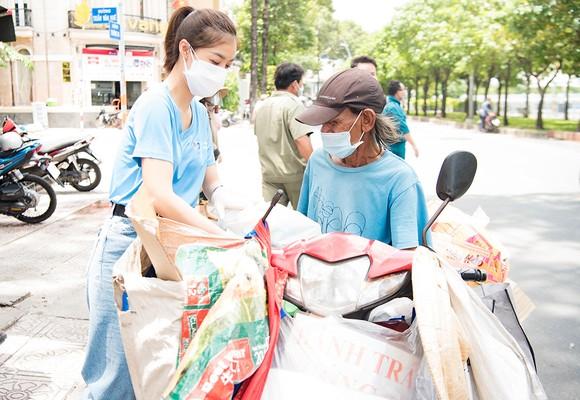 Hoa hậu Tiểu Vy, Kiều Loan, Phương Anh, Ngọc Thảo nấu 15.000 suất ăn cho bà con nghèo  ảnh 6
