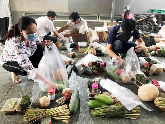 TPHCM tiếp nhận 5 tấn lương thực, thực phẩm từ người dân Huế ảnh 20