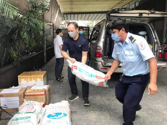 TPHCM tiếp nhận 5 tấn lương thực, thực phẩm từ người dân Huế ảnh 19