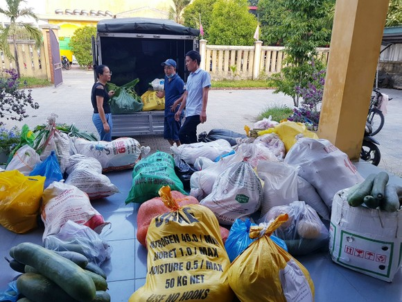 TPHCM tiếp nhận 5 tấn lương thực, thực phẩm từ người dân Huế ảnh 4
