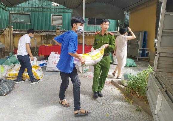 TPHCM tiếp nhận 5 tấn lương thực, thực phẩm từ người dân Huế ảnh 7