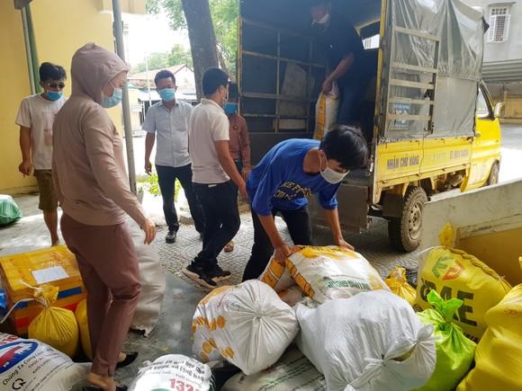 TPHCM tiếp nhận 5 tấn lương thực, thực phẩm từ người dân Huế ảnh 3
