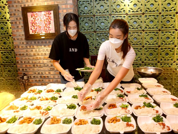 Đỗ Mỹ Linh, Lương Thùy Linh, Đỗ Hà tham gia chiến dịch 'Triệu bữa cơm - Hà Nội nghĩa tình' ảnh 2