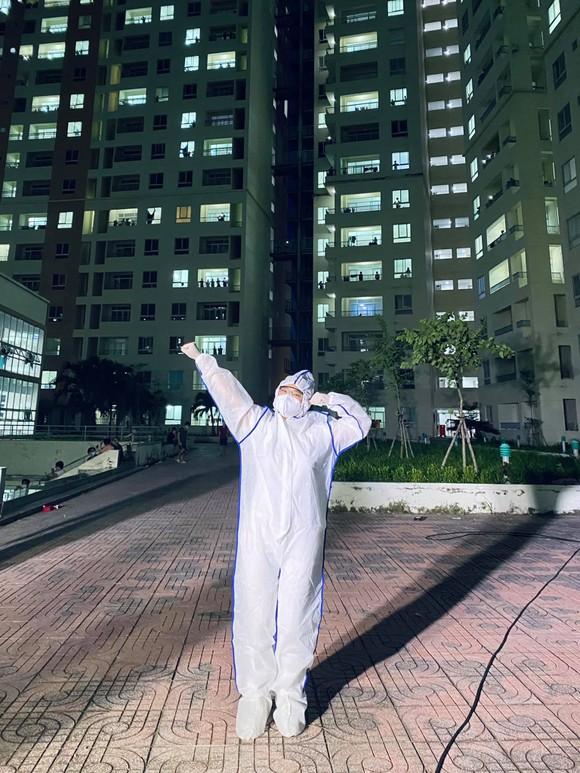 Cẩm Vân, Phương Thanh, Tóc Tiên… mặc đồ bảo hộ, hát ở bệnh viện dã chiến  ảnh 3
