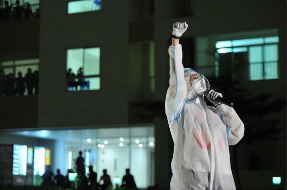 Cẩm Vân, Phương Thanh, Tóc Tiên… mặc đồ bảo hộ, hát ở bệnh viện dã chiến  ảnh 4