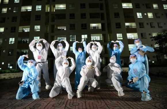 Cẩm Vân, Phương Thanh, Tóc Tiên… mặc đồ bảo hộ, hát ở bệnh viện dã chiến  ảnh 1