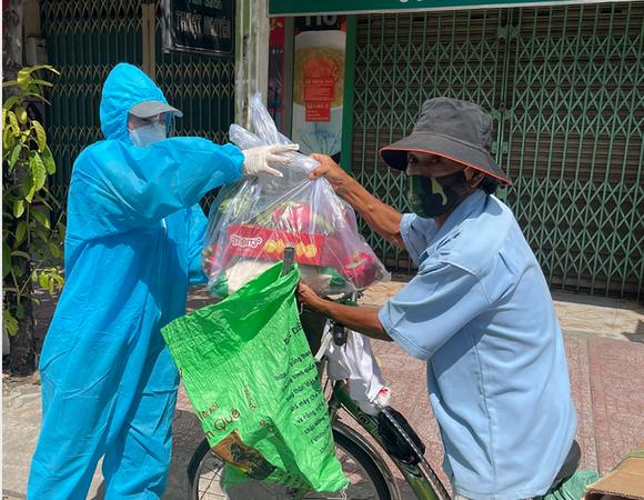 Miss Grand Việt Nam 2021 tặng máy thở và 5 tấn gạo hỗ trợ bà con nghèo ảnh 3