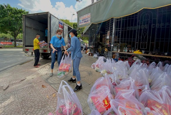 Miss Grand Việt Nam 2021 tặng máy thở và 5 tấn gạo hỗ trợ bà con nghèo ảnh 2