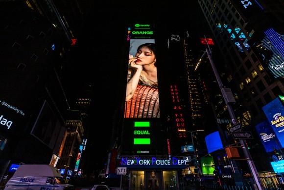 Vừa ra mắt MV mới, Orange xuất hiện trên billboard Quảng trường Thời đại (Mỹ) ảnh 4