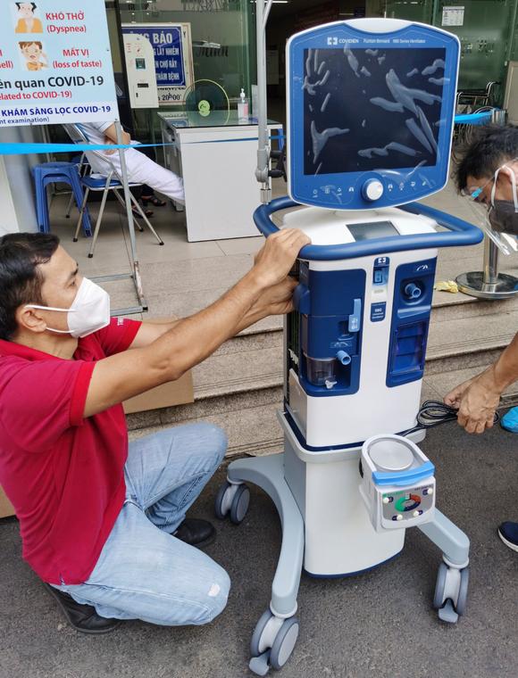 Trao tặng máy thở, vật tư y tế hỗ trợ bệnh nhân Covid-19 tại Bệnh viện Chợ Rẫy ảnh 5