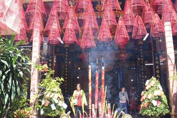 Dòng người đi lễ cầu an vào mùng 1 tết ở TPHCM ảnh 11