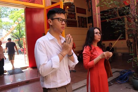 Dòng người đi lễ cầu an vào mùng 1 tết ở TPHCM ảnh 12