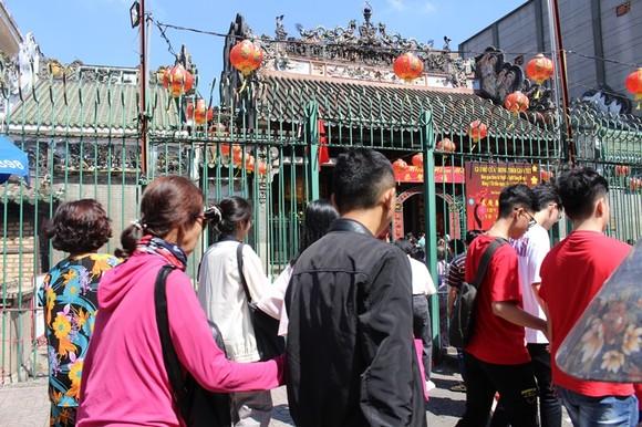 Dòng người đi lễ cầu an vào mùng 1 tết ở TPHCM ảnh 6