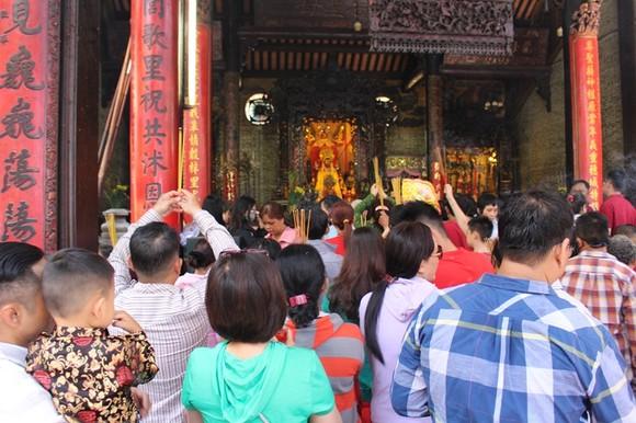 Dòng người đi lễ cầu an vào mùng 1 tết ở TPHCM ảnh 9