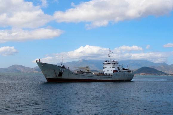 Tiếp cứu 33 ngư dân Quảng Nam gặp nạn ở Trường Sa vào bờ an toàn ảnh 1