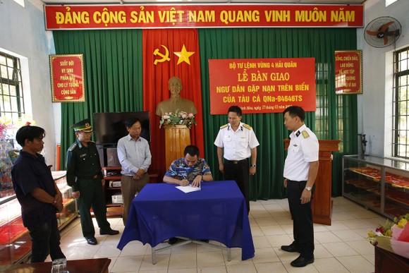 Tiếp cứu 33 ngư dân Quảng Nam gặp nạn ở Trường Sa vào bờ an toàn ảnh 3