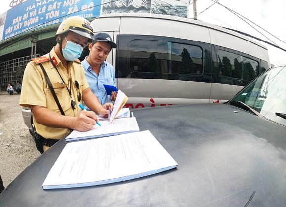 Gần tết xe dù lại rầm rộ, thanh tra vào cuộc xử phạt mạnh ảnh 2